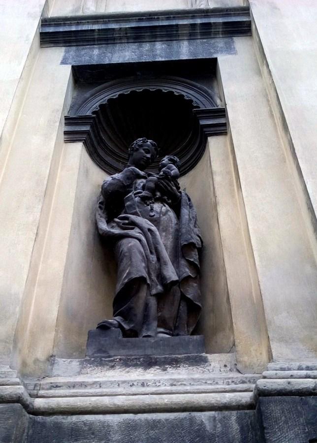 Скульптура святого на фасаді храму Святого Архістратига Михаїла.Фото: Хлян І.