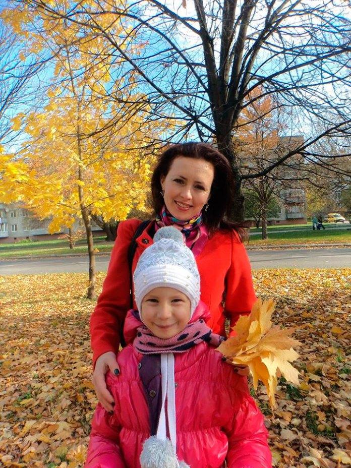 """Леся Кічура - співавтор та координатор проекту """"Щастя у віконці"""" з донькою для якої написана казка Фея Різдва, що увійшла до збірки"""