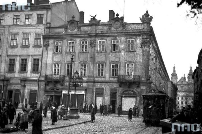Будинок на пл. Ринок №10. В цій споруді знаходилося товариство «Дністер» до побудови будівлі на вул. Руській