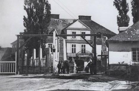 Фабрика Бачевських в давньому палаці Цельських. Фото 1861-1871 рр.