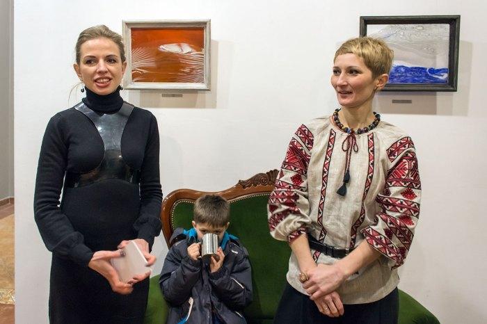 Власниця галереї сучасного мистецтва «Зелена канапа»Олеся Домарадзька та Ірина Дзиндра на відкритті виставки «TERRAVITA»