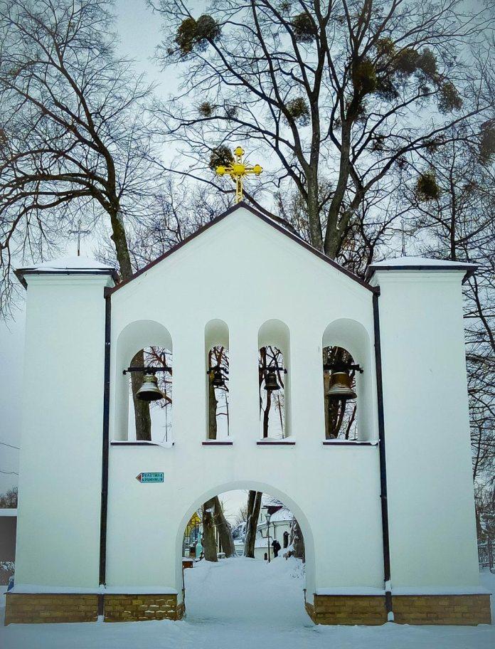 Головний вхід до церкви Успіння Пресвятої Богородиці в Страдчі, на подвір'ї храму знаходиться цвинтар. Фото Ірини Хлян.