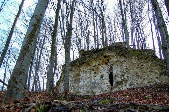 Вид на вхід у печеру біля підніжжя городища в Ілові. Фото Андрія Книша