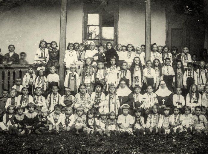 Трускавець. Дошшкільнята в Захоронці Сестер Служебниць, 1942