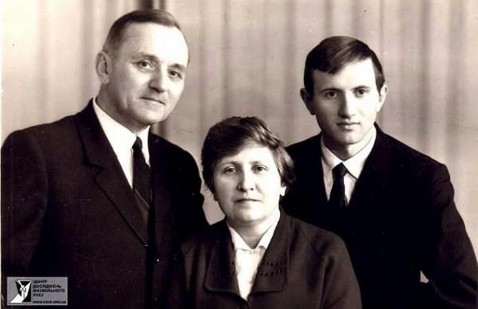Василь Кук з дружиною та синомВасиль Кук з дружиною та сином
