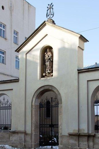 Скульптура Богородиці в ніші огорожі Вірменського собору, 2017 р.