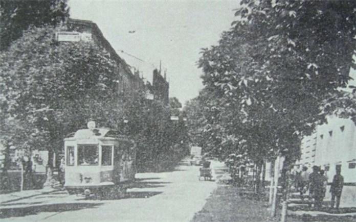 Трамвай №12 їде вниз по вул.Кривоноса. Ліворуч від вагона піднімається вул.Насипна (яка зараз закінчується сходами на Замок і телецентром)