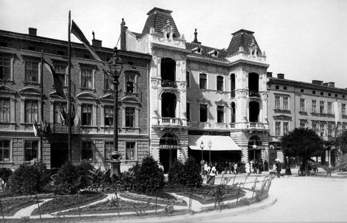 Крайній справа будинок – споруда кінотеатру Червоного Хреста, 1894 р.