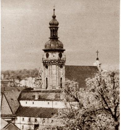 Вежа костелу бернардинців навесні. Фото А. Ленкевича. Джерело: https://polona.pl