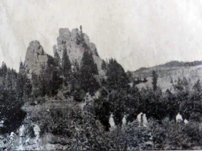 Мандрівники з Трускавця на прогулянці по скелях Урича, 20-30-і роки ХХ ст.