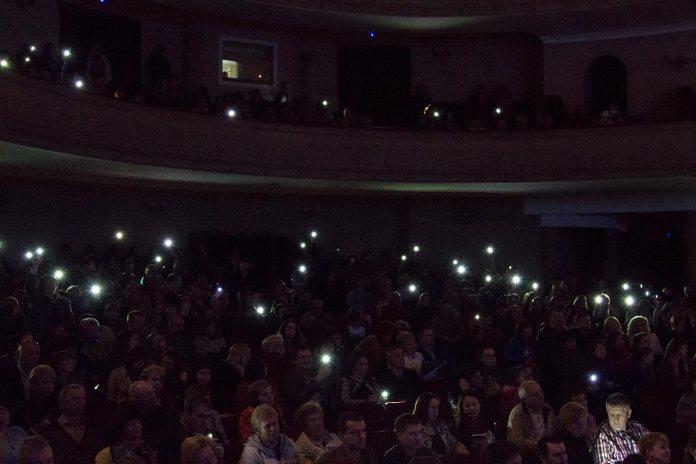 """Глядачі на концерті Марії Бурмаки """"Нове та улюблене"""" підтримують співачку ліхтариками мобільних телефонів"""