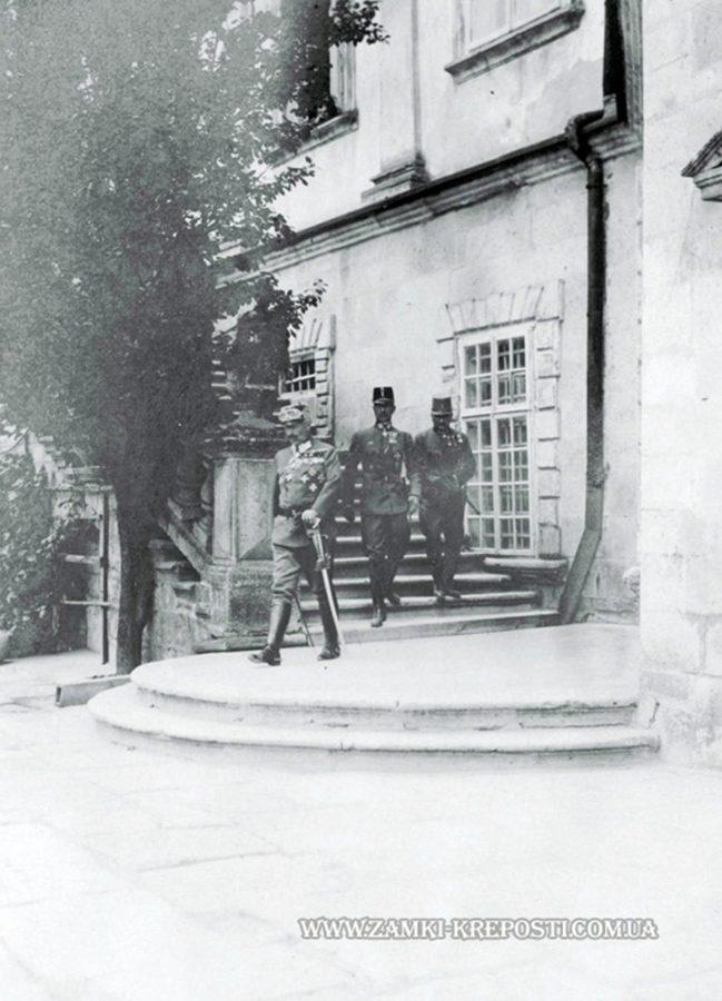 Кайзер Вільгельм ІІ і генерал-полковник Е. Бем-Єрмоллі на подвір'ї замку