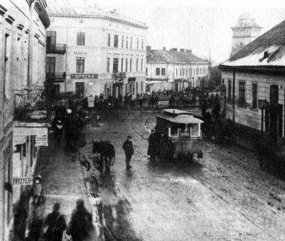 Вагон кінного трамваю поблизу залізничного переїзду на Підзамче, поч. ХХ ст.