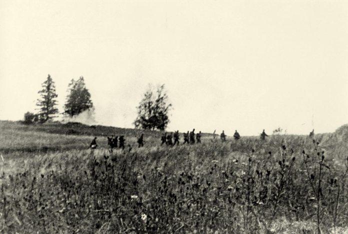 Підвідділ дивізійників на марші під Бродами. Липень 1944 р. (Фото з фондів ЛІМ)