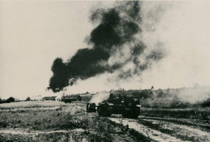 Липень 1944 р. Фрагмент боїв. Танки охороняють прорив. Броди. (Фото з фондів ЛІМ)
