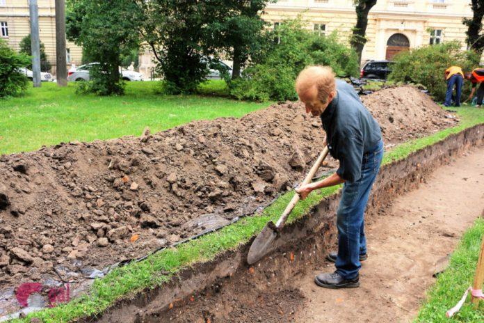 Розкопки перед ЛНУ ім. Івана Франка. Фото Олени Ляхович