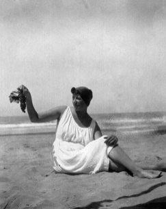 Соломія Крушельницька на пляжі у Віареджо, 1930-ті рр.
