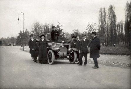 Соломія Крушельницька з чоловіком і друзями біля власного автомобіля. Віареджо, 1920-ті рр. (С.Крушельницька четверта справа)