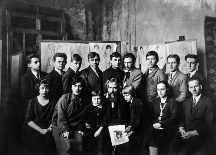 Олекса Новаківський із синами та учнями Мистецької школи у майстерні