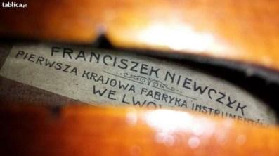Товарні знаки родинних майстерні і фабрики зі Львова і Познані на духових і струнних інструментах (фото всередині корпусу через отвір ески)
