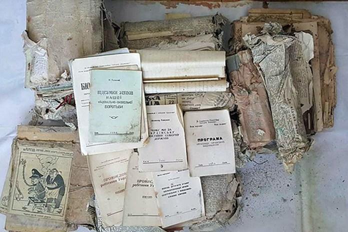 У лісі біля Львова знайшли бідон з архівними документами УПА
