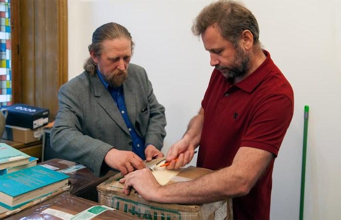 Іван Радковець та Андрій Салюк розпаковують першу коробку з книжками з Америки