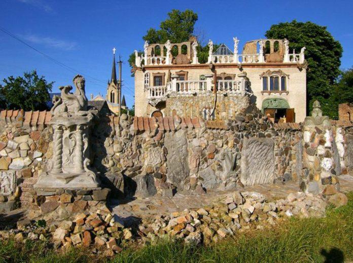 Лавочка під мурами вернісажного будинку Миколи Голованя