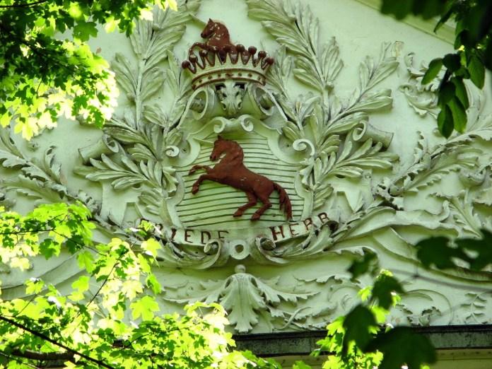 Графська корона і родинний девіз «FRIEDE HERR»