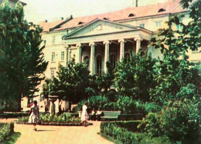 Площа перед Театром імені Марії Заньковецької, де колись стояв Низький замок. Поштівка 1964 року