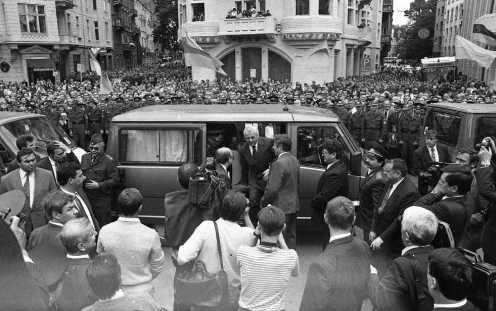 Президентський кортеж Леоніда Кравчука до відкриття пам'ятника Михайла Грушевському у Львові 12 червня 1994 року. Фотографія Любомира Криси