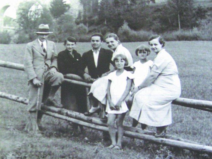 Омелян Стоцький (крайній ліворуч) з дружиною Павліною (у центрі) та сім'єю її сестри Катерини. Самбір, 1930 рік Фото: Музей Омеляна Стоцького у Східниці