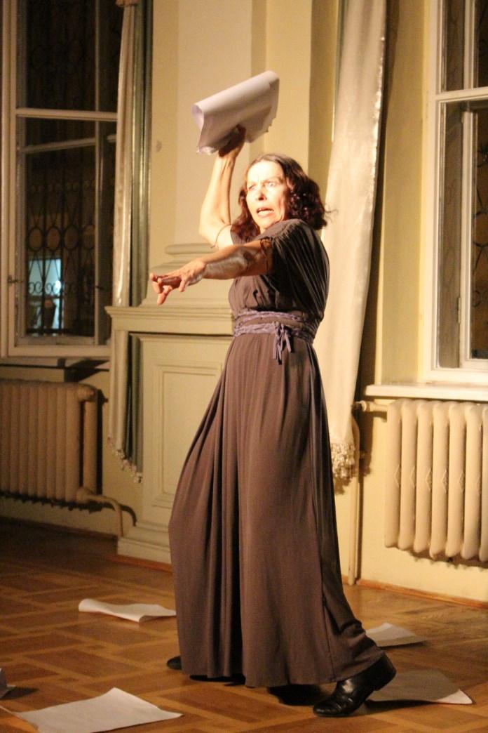 """Фрагмент вистави """"Голос тихої безодні"""". Творча майстерня """"Театр у кошику"""". Актриса Лідія Данильчук"""