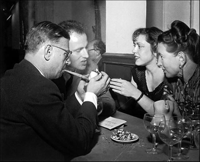 Жан-Поль Сартр та Симона де Бовуар з друзями у кафе.