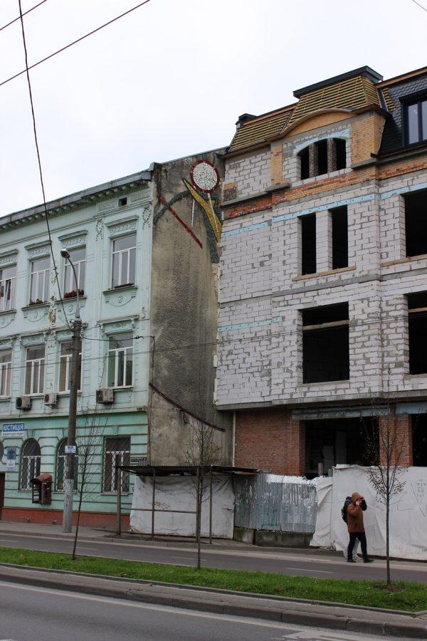 Мозаїка на будинку по проспекті В. Чорновола, 39.Фото: Олена Мартинчук, листопад 2017 року