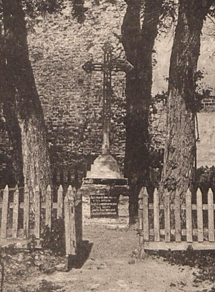 Символічна могила Любарта у замку на поштовій листівці початку ХХ століття