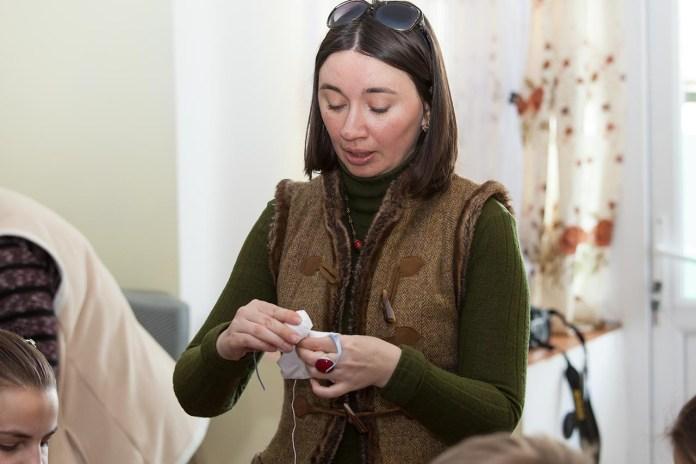 """Ірина Бердаль-Шевчик веде майстер-клас з виготовлення ангелика """"Щасливе дитинство"""""""