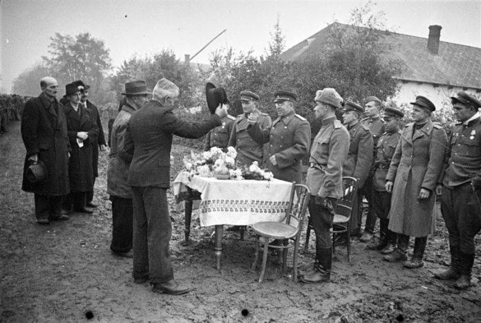 Місцеве населення зустрічає визвольну радянську армію. Фотограф Аркадій Шайхет