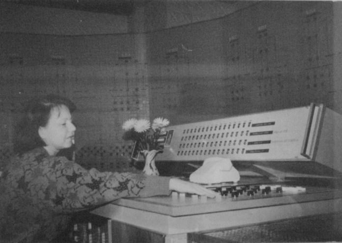"""Центральний пункт системи телекерування 12-ма тяговими підстанціями ТМ-320. 1989 р. Фото із архіву ЛКП """"Львівелектротранс"""""""