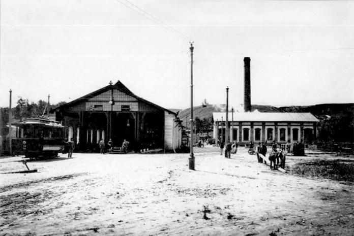 Перший ангар найстаршого трамвайного депо Львова. 1894 рік. Фото із колекції І. Котлабулатової
