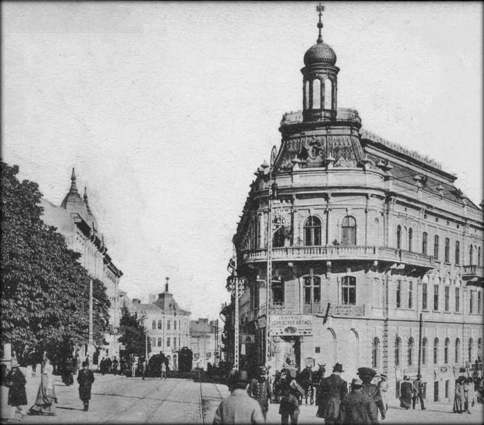 """На найбільш завантаженій частині трамвайної лінії до початку Першої світової війни було укладено другу колію. На задньому плані - """"будинок-корабель"""". 1914 р."""