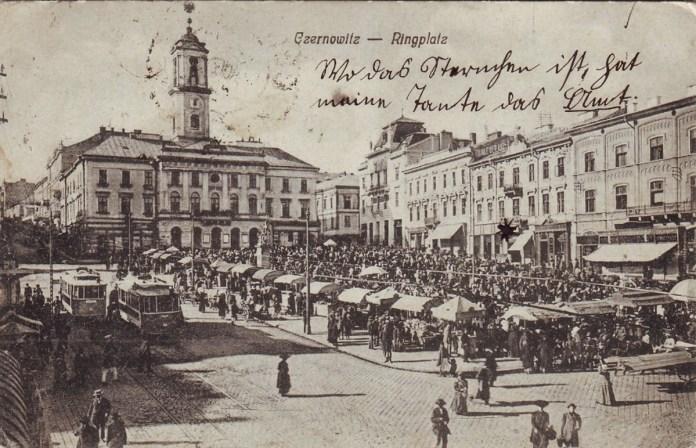 """Двоколійна трамвайна лінія на Рінгплац поруч із Ратушею. Вагони """"Ringhoffer"""" після часткової модернізації. Після 1908 року"""