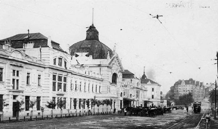 Трамвай і його конкуренти - чернівецькі візники. 1915 рік.
