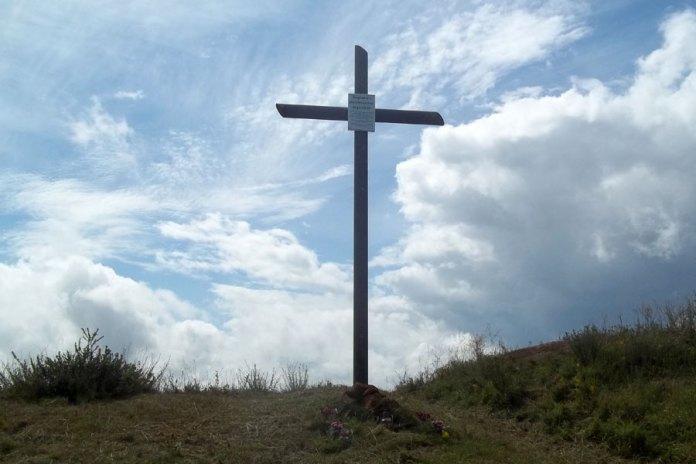 Хрест на символічній могилі воїнів на горі Червоний Камінь