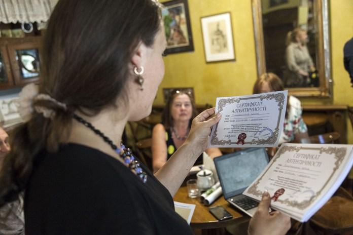 """Вручення сертифікатів автентичності на роботи продані з благодійного он-лайн аукціону """"Мистецтво на варті Поморянського замку"""""""