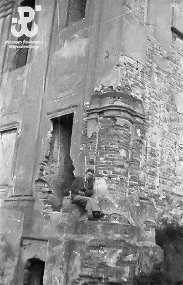 Відомий польський фотограф Єжи Карпіньскі який знімав Варшавське повстання 1944 року на руїнах палацу Любомирських в Рівному, фото 1939 року
