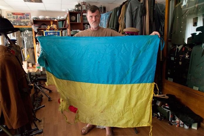 Володимир Правосудов з бойовим прапором