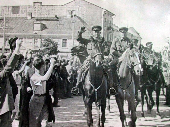 У Рівне входить Червона Армія (фото з фондів РОКМ)