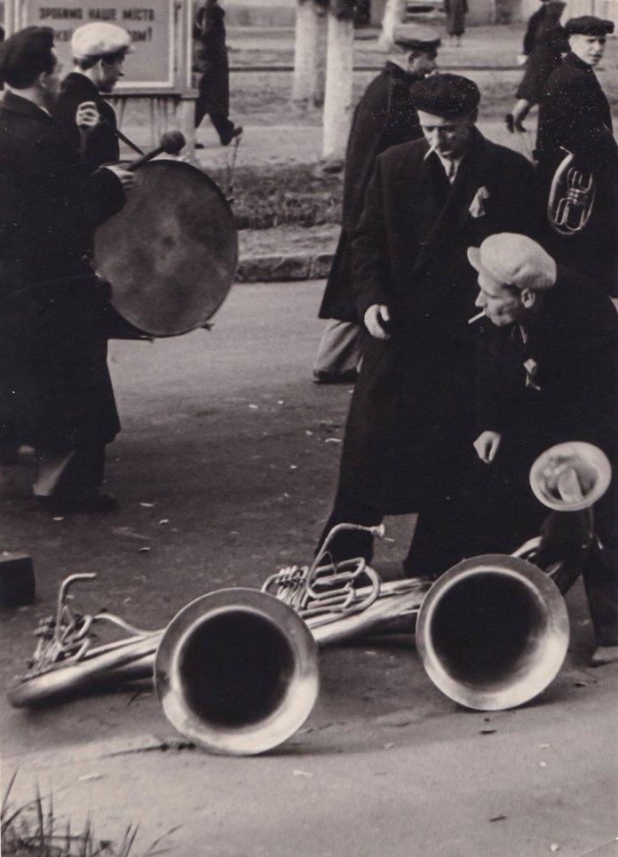 Перекур похоронного оркестру на вулиці. поч. 60-х рр. Фото Володимира Руденка