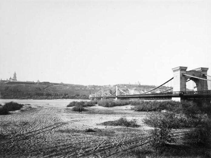 Ланцюговий міст через Дніпро. Фотограф Франц де Мезер. Фото з Вкіпедії