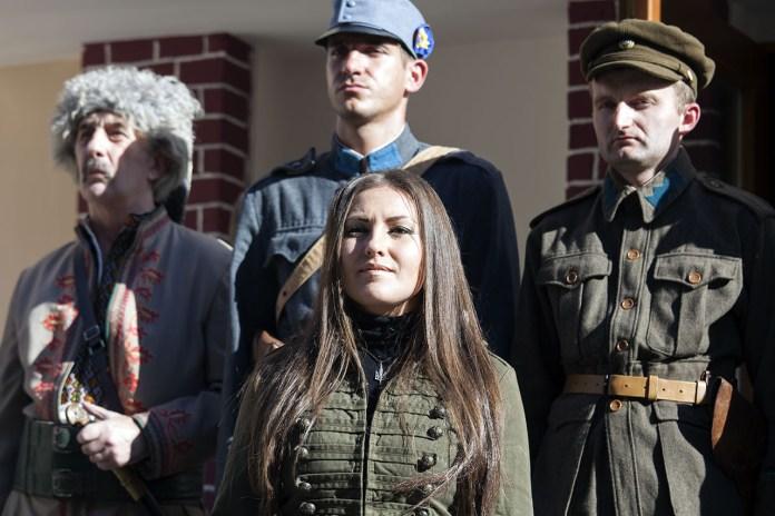 Ведуча урочистостей відкритя «Будинку воїна» Софія Федина біля українських воїнів різних епох